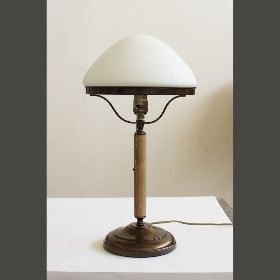 Настольная лампа СССР с белым плафоном 185.02Т